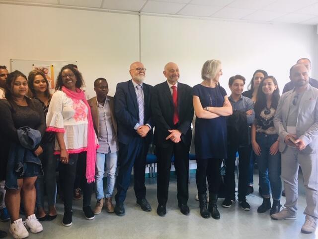 Sinh viên chụp ảnh lưu niệm với giám đốc đại học Paris 13, đại diện cơ quan liên bộ phụ trách công tác đón nhận người tị nạn, giám đốc Espace Langues và các khách mời, tại lễ trao bằng tiếng Pháp, ngày 14/06/2019.