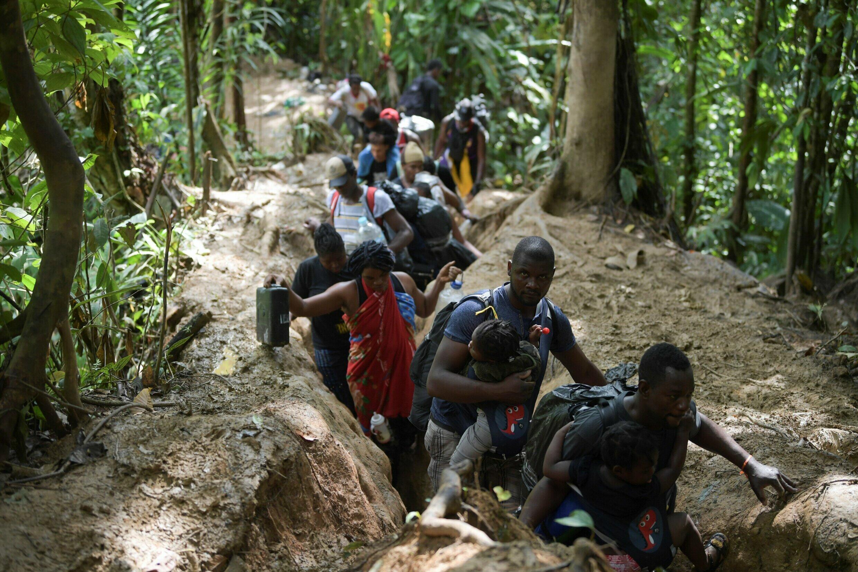 Migrantes haitianos cruzan la selva colombiana del Darién, cerca de Acandi, departamento de Chocó, rumbo a Panamá, el 26 de septiembre de 2021