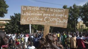 Un protestant au régime de Blaise Compaoré manifeste dans la foule à Ouagadougou, le 31 octobre 2014.