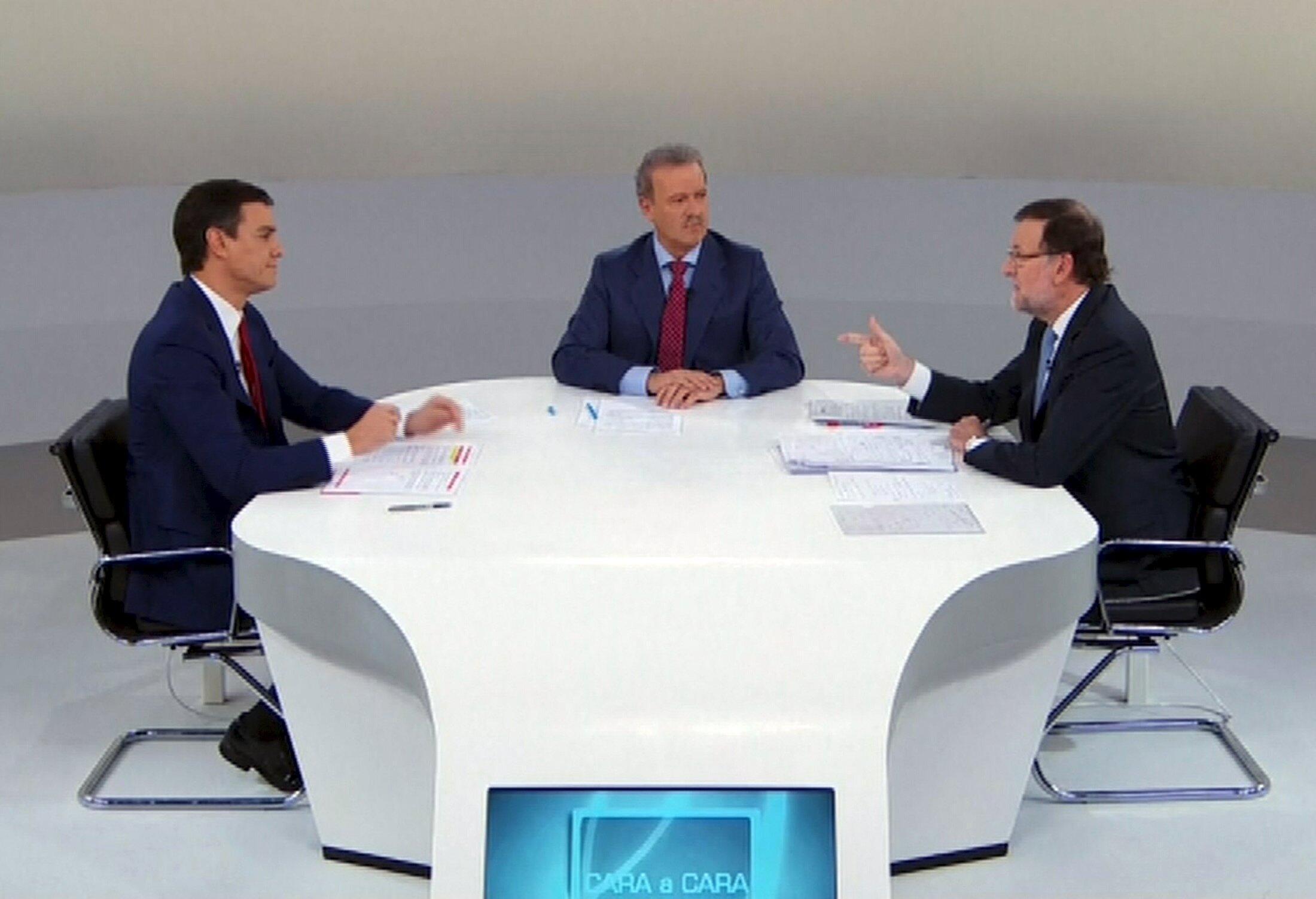 Imagen del debate de este lunes entre Rajoy y Sánchez retransmitido por varias televisiones