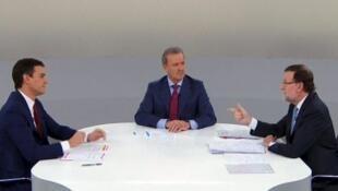 Le débat télévisé entre le président du gouvernement Mariano Rajoy et l'opposant socialiste Pedro Sanchez a été suivi par des millions de téléspectateurs, le 15 décembre 2015.