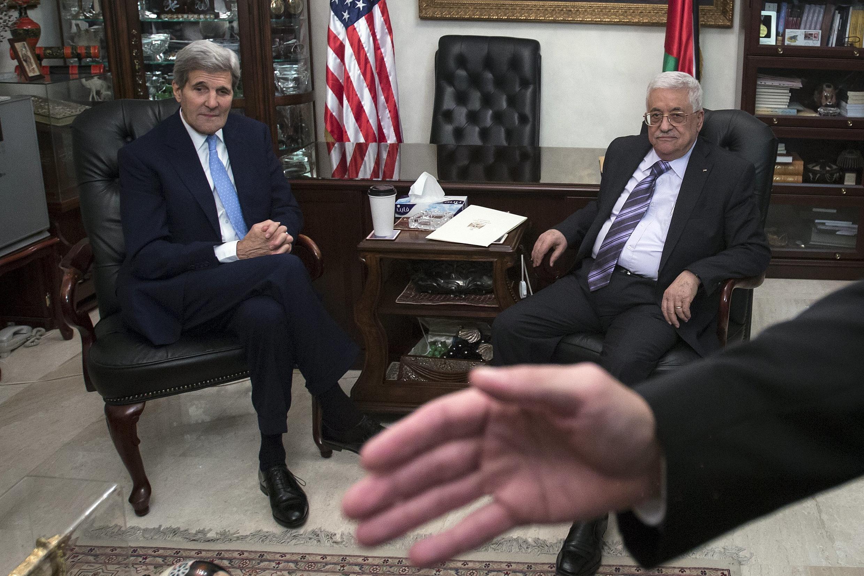 John Kerry avistou-se com o presidente palestiniano Mahmoud Abbas em Amã