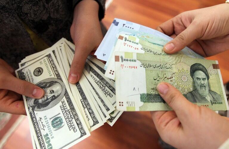 Echange de rials et de dollars.