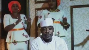 Le chanteur nigérian Sadiq Zazzabi vu dans un clip (capture d'écran). Irokomusic sera une chaîne consacrée à la musique du pays.