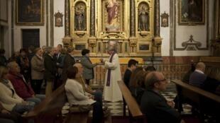 Católicos durante missa em igreja de Granada, no sul da Espanha.
