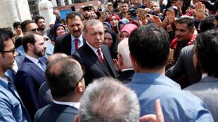 Turkish President Recep Tayyip Erdogan leaves Eyup Sultan mosque in Istanbul, April 17, 2017.
