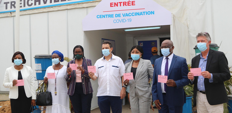 Philippe Poinsot et six collègues de l'ONU posent devant le centre de vaccination au palais des sports de Treichville, à Abidjan, après s'être fait vacciner contre le Covid-19, lundi 22 mars 2021.