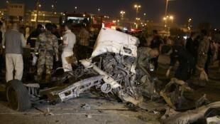 Integrantes das forças de segurança iraquianas trabalham no local de explosão de uma bomba na madrugada desta sexta-feira, dia 26 de abril, em Najaf, a 160 quilômetros de Bagdá.