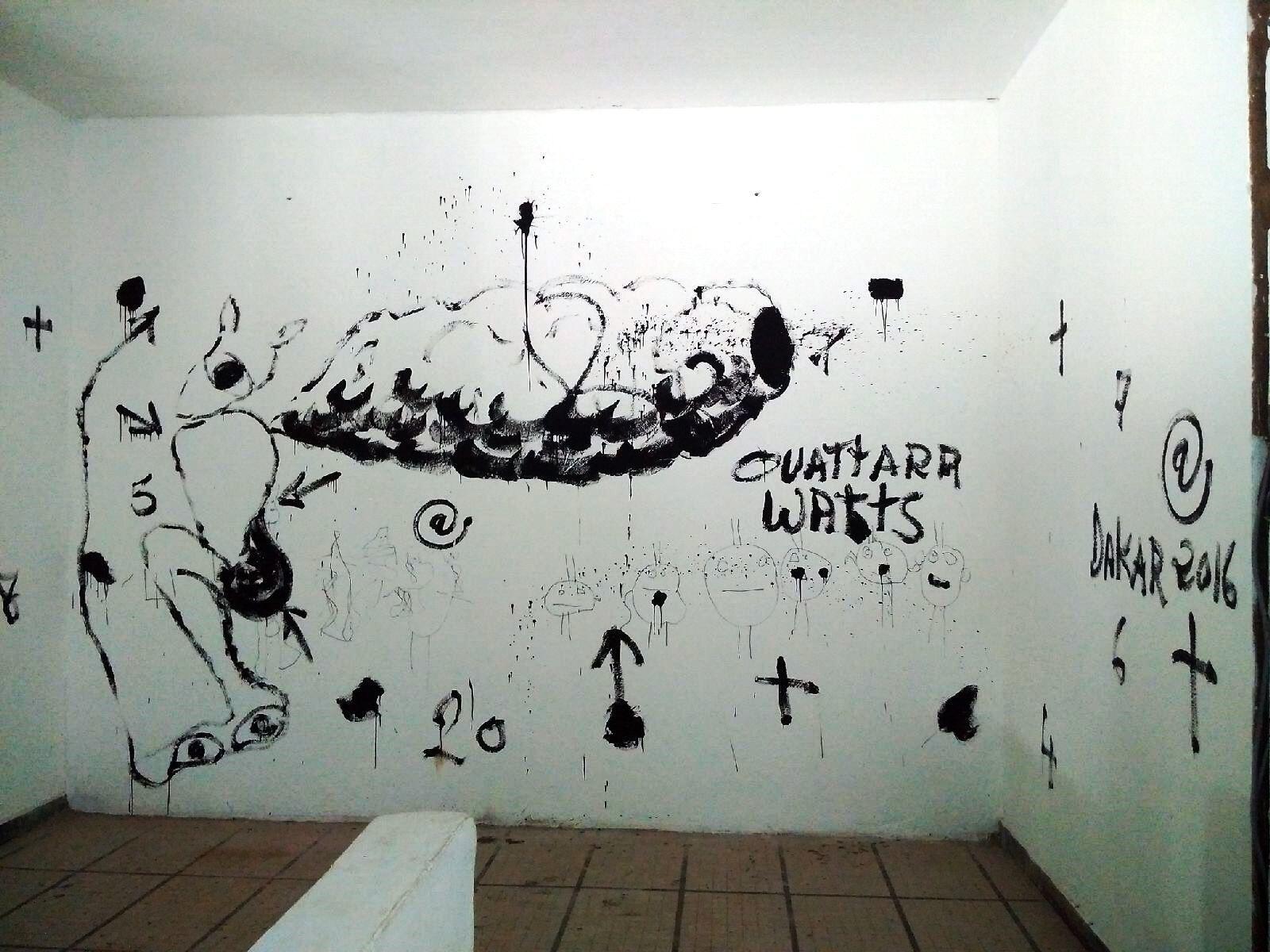 Les graffitis du plasticien Ouattara Watts, sur les murs du Palais de Justice, pour remplacer ses œuvres qui n'ont pu être accrochées.