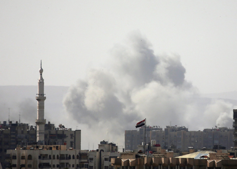 De la fumée venant du camp de réfugiés palestiniens à Yarmouk, au sud de Damas, le 20 avril 2018.