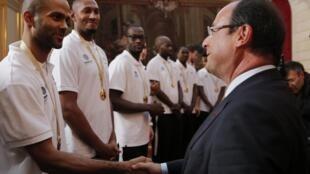 Президент Франции Франсуа Олланд на встрече в Елисейском дворце с игроками сборной по баскетболу