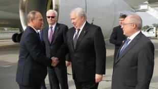 Tổng thống Nga Vladimir Putin bắt tay đại sứ Nga tại Hoa Kỳ, Serguei Kisliak, New York ngày 28/09/2015.