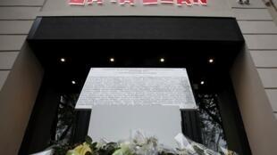 L'ultime plaque commémorative inaugurée le 13 novembre 2016 à Paris, à la mémoire des victimes de l'attentat lors d'un concert au Bataclan. 130 personnes avaient été tuées.