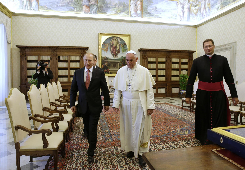 Giáo hoàng Phanxicô tiếp tổng thống Nga Vladimir Putin (T) tại Vatican, ngày 10/06/2015