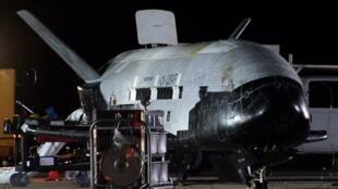 Le X-37B, un avion spatial de l'armée américaine, au retour d'un vol en orbite en 2010. Les missions de cet appareil sont secrètes.