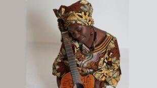 La chanteuse gabonaise Annie-Flore Batchiellilys.