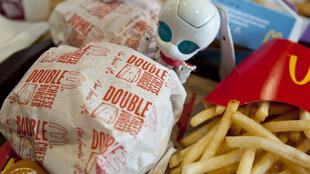 Cada minuto en el mundo, McDonald's produce 2.8 toneladas de envases desechables sin hablar de los juguetes distribuidos en los famosos Happy Meal™.