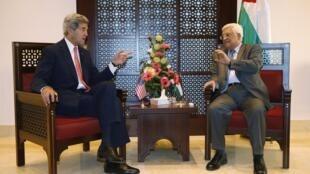Ngoại trưởng Mỹ John Kerry (T) gặp Chủ tịch Palestine Mahmoud Abbas, tại Bethlehem, 06/11/2013