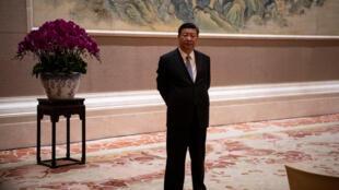 6月21日,中国国家主席习近平在钓鱼台国宾馆等待来宾。