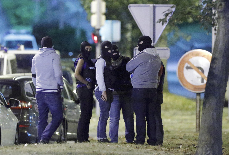 Cảnh sát Pháp tham gia vào một cuộc đột kích tại Boussy-Saint-Antoine gần Paris, ngày 08/09/2016.