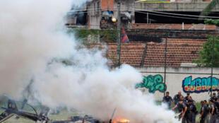Helicópteros da polícia brasileira atingido por tiros de fuzis de traficantes