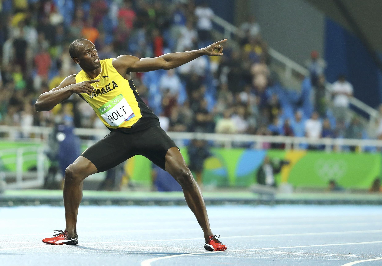 """Bolt faz sua célebre pose de """"raio"""" para comemorar o oitavo ouro na carreira."""