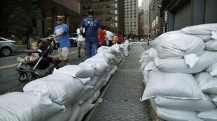 Pour parer à l'arrivée du cyclone Irène, des barrages sont érigés dans la ville de New York, le 26 août 2011.