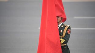 一名中国仪仗队士兵被国旗遮住了脸 2019 9 13