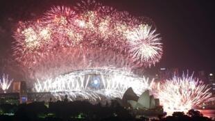 Os tradicionais fogos de artifício sobre a baía da cidade de Sydney aconteceram mesmo antes de soar a meia-noite.