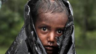 Un garçon réfugié rohingya attend de l'aide dans la ville de Cox's Bazar au Bangladesh, le 20 septembre 2017.