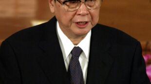 2003年3月10日,李鹏在全国人大会议上发言。