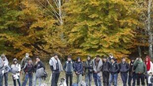 Un groupe de migrants attend d'être enregistré alors qu'il se prépare à traverser la frontière slovéno-autrichienne, de Sentilj à Spielfeld, ce mercredi 28 octobre.