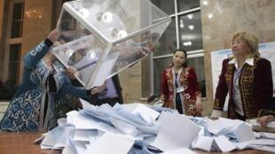 Le décompte des bulletins dans un bureau de vote d'Almaty, le 3 avril 2011.