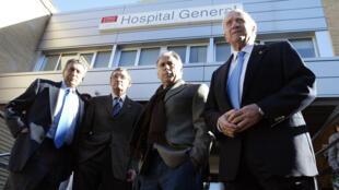 Los exfutbolistas del Real Madrid (de izq a dcha) Pachín, Zoco, Amancio y Santamaría posan a la entrada de un hospital de Valencia antes de visitar a su excompañero Alfredo Di Stefano, el 27 de diciembre del año 2005 en la ciudad española