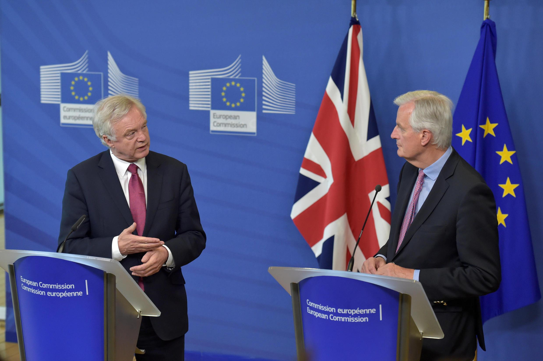 Le ministre britannique chargé du Brexit, David Davis(G) et  le négociateur en chef de l'UE, Michel Barnier(D) se retrouvent pour un nouveau cycle de négociations.