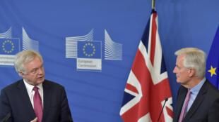 លោក Michael Barnier (ស្តាំ) ប្រធានដឹកនាំចរចាអឺរ៉ុប និងលោក David Davis តំណាងអង់គ្លេសបើកចរចាជាផ្លូវការថ្ងៃទី ១៩មិថុនា ២០១៧