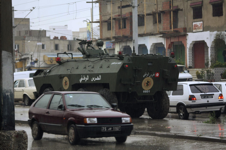 На улице Эттадхамена пригорода тунисской столицы 12/01/2011