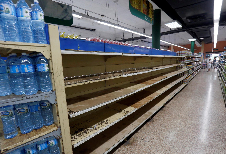 Anaqueles vacíos en un supermercado de La Habana, el 4 de abril de 2019.
