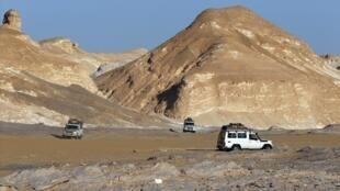 Caravana de turistas no oeste do Egito foi confundida com terroristas do grupo Estado Islâmico.