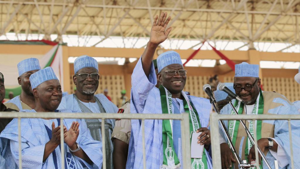 Rais wa Nigeria Goodluck Jonathan (akinyoosha mkono juu) katika mkutano na wafuasi wake katika mji wa Gombe Jumatatu, Februari 2 mwaka2014.