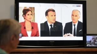 Rais wa Ufaransa Emmanuel Macron katika mahojiano ya runinga na waandishi wa habari wa Ufaransa Lea Salame na Gilles Bouleau huko Paris.