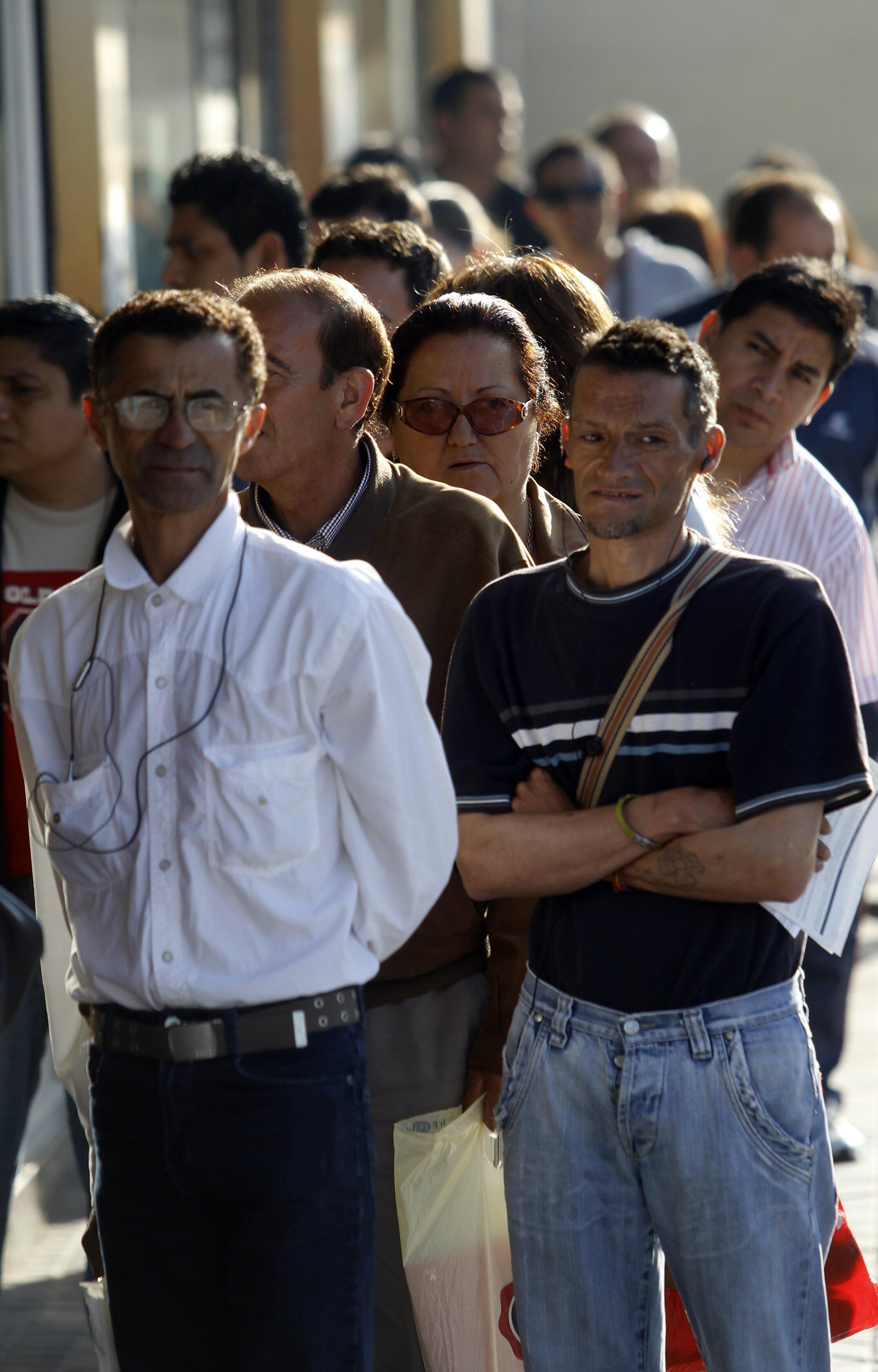 Desempleados haciendo cola en una oficina de empleo en el centro de Madrid, 30 de abril de 2010.