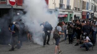 抗议G7峰会暴力示威遭警方催泪瓦斯驱离2019年8月24日法国巴约纳