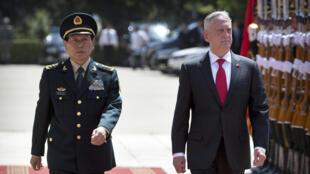 Le ministre de la Défense chinois Wei Fenghe et son homologue américain Jim Mattis, lors d'une visite officielle à Pékin, le 27 juin 2018.