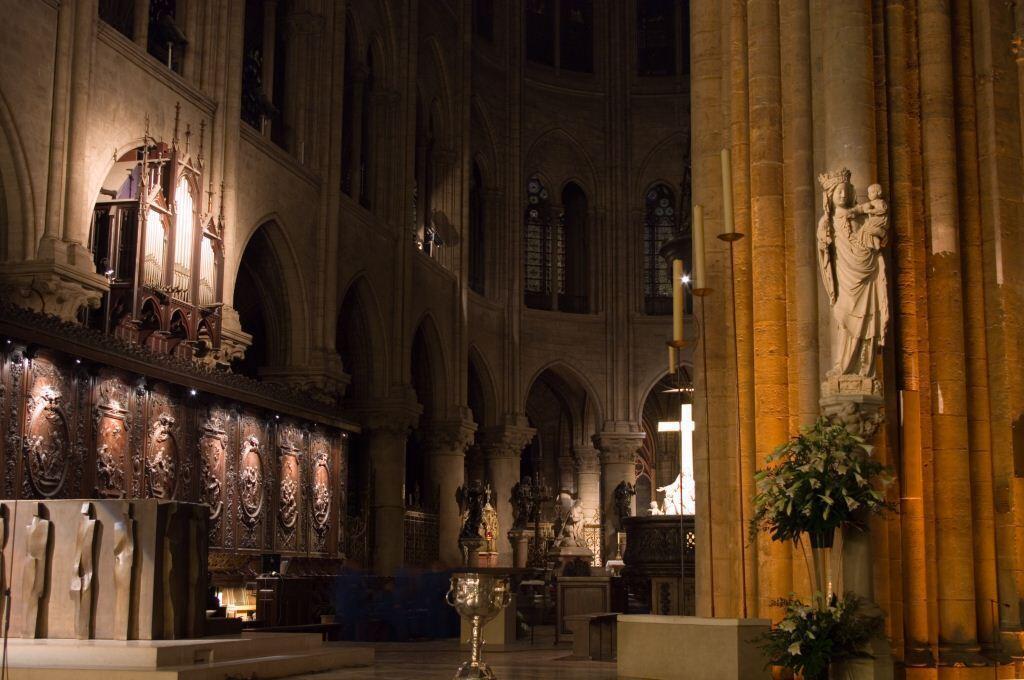 El coro de la catedral con la Virgen del Pilar, el altar, la Piedad y el órgano.