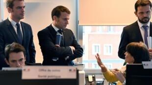 El Presidente francés Emmanuel Macron y el Ministro de Salud Olivier Véran visitando el Centro Operativo de Regulación y Respuesta a Emergencias Sanitarias y Sociales el 3 de marzo de 2020.