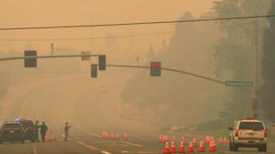 Photo prise à l'ouest de Redding, le 28 juillet 2018. Désormais plusieurs quartiers de la ville sont atteints plongeant la ville dans les cendres et rendant l'air irrespirable.