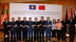 Các viên chức ngoại giao ASEAN và Trung Quốc trong cuộc họp ở Singapore ngày 27/04/2016 bàn việc thực hiện Tuyên bố ứng xử tại Biển Đông.