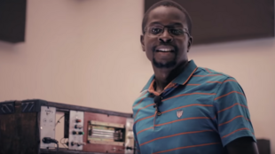 Le producteur de musique électronique Afrorack face à sa machine, le premier synthétiseur modulaire d'Afrique fait-maison.