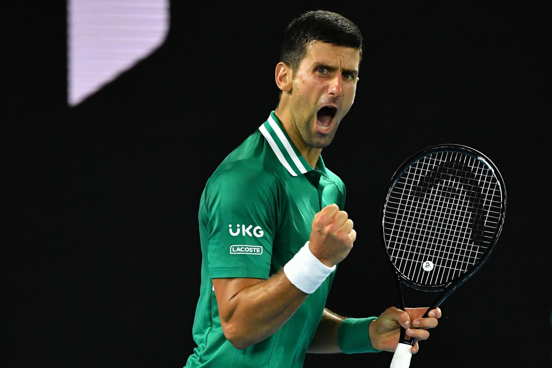 La joie du Serbe Novak Djokovic, après un point gagnant face à l'Allemand Alexander Zverev, en quart de finale de l'Open d'Australie, le 16 février 2021 à Melbourne